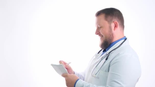Pěkný baculatý lékař s plnovousem v bílém plášti na bílém izolovaném pozadí