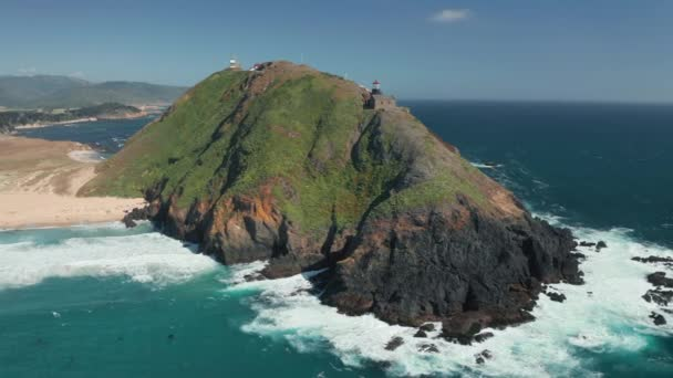 Panorama-Luftaufnahme an unglaublicher Küste mit Leuchtturm auf hoher Felseninsel.