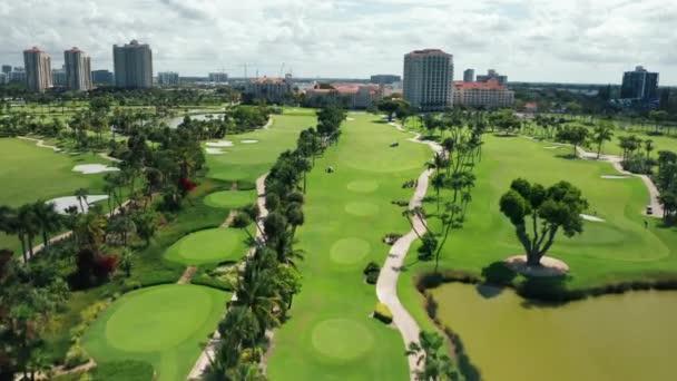 4K-Filmantenne der malerischen Skyline von Miami mit idealem grünen Golfplatz