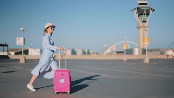 Filmaufnahme einer glücklichen Frau, die von ihrer Reise begeistert ist. Flughafen bei Sonnenuntergang, USA