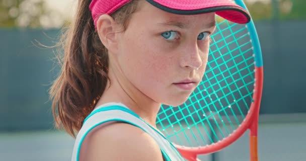 Kinematografický záběr krásného dospívajícího modelu s krásnýma velkýma jasně modrýma očima, 4K