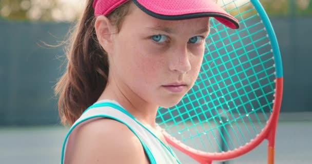 Detail portrét sportovec dívka dívá přímo do kamery, 4K