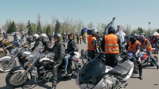 Ukrajina, Nikolaev City-20. dubna 2019: Mykolaiv biker Fest zahájil katedrální náměstí. více než 200 motoristé se shromáždili na festivalu v Nikolaev.