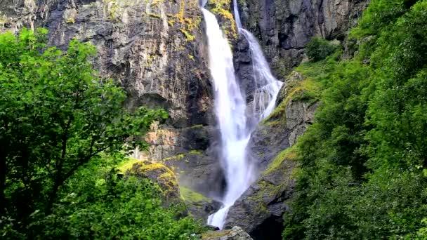 Úchvatně krásný vodopád v horách