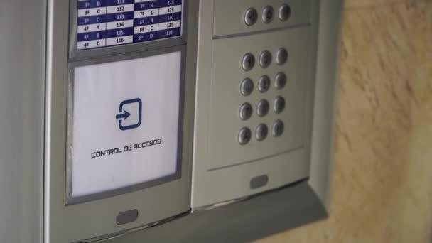 Chiave di tag RFID per aprire la porta. Controllo di accesso. Chiave elettronica