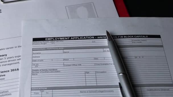 Bewerbungsformular oben auf dem Lebenslauf auf dem Bürotisch. Dia-Schuss.