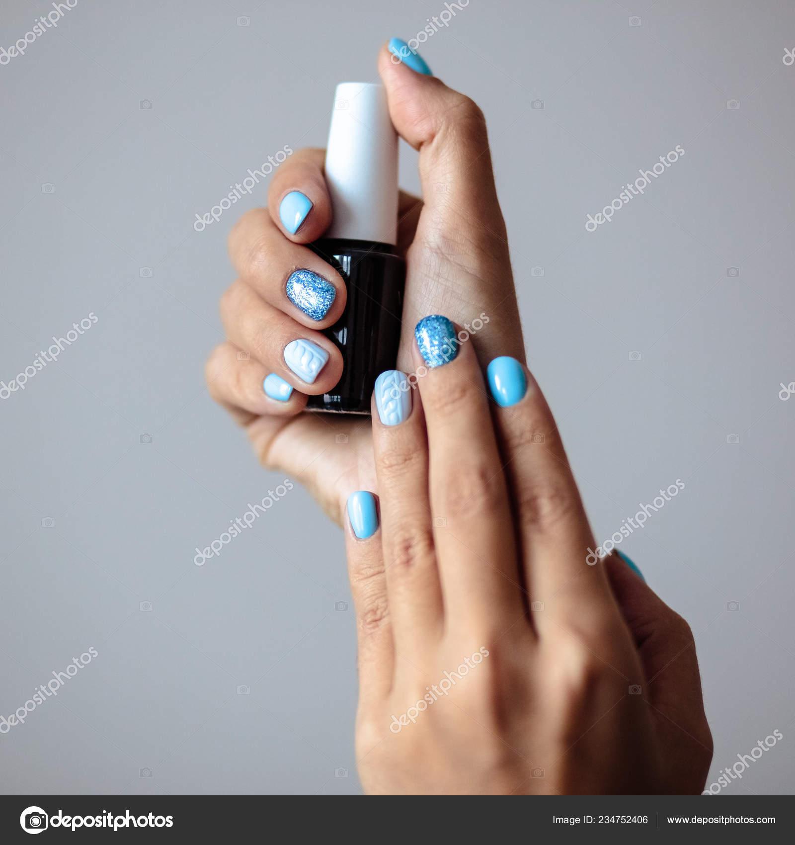 Hermosa Manicura Esmalte Uñas Color Azul Tierno Pastel