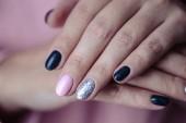 Gyönyörű manikűr, pályázati pasztell rózsaszín körömlakk, Vértes fotó. Női kéz, mint egyszerű háttér