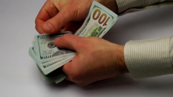 Ruce spočítat nové bankovky dolarů
