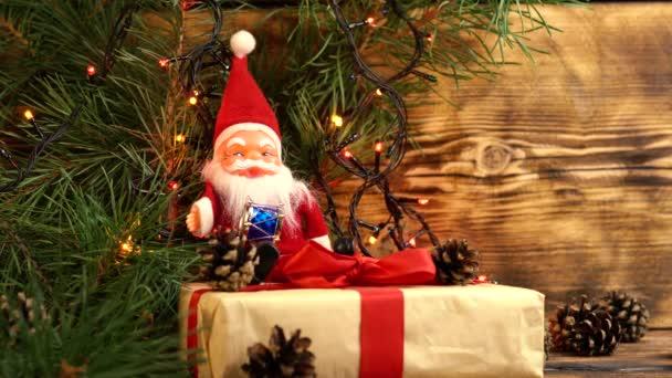 plyšový červený Santa Claus s velkým bílým vousem