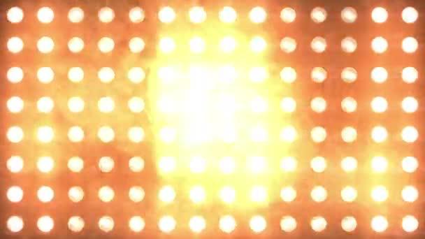 Velký oranžový blikající zeď s kouřem a částicemi. Smyčka animace. Světla jeviště. Reflektory blikající světlo stěny. Lesklá a vypnutá zářivá světla.