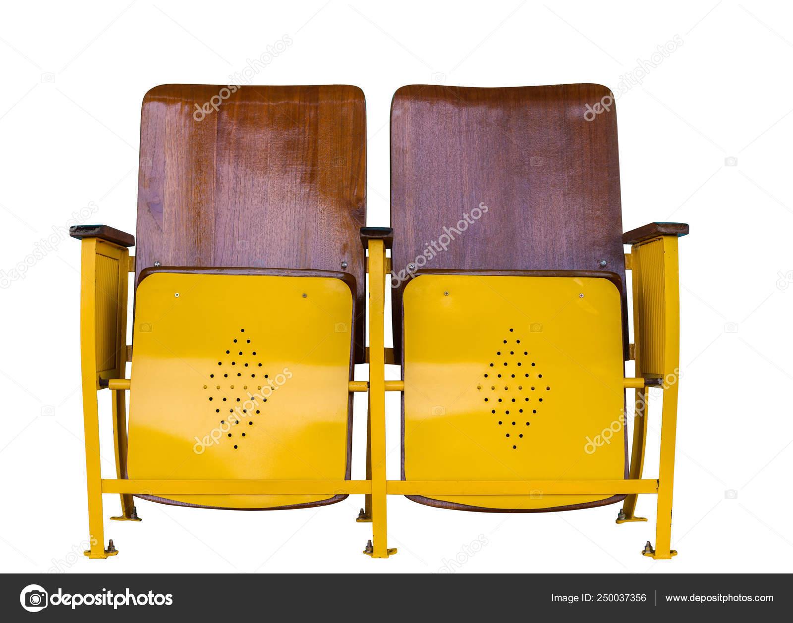 Vieille chaise cinéma rouillée isolée sur fond blanc
