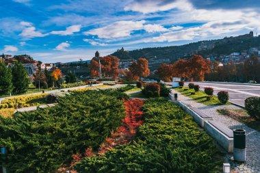 Yeşil park Tiflis güneşli bir sonbahar
