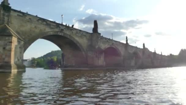 Praha, Česká republika - 7. května 2018: Karlův most. Řeka Vltava. Zobrazit na Vltavu a Karlův most krásný pohled na prahu.