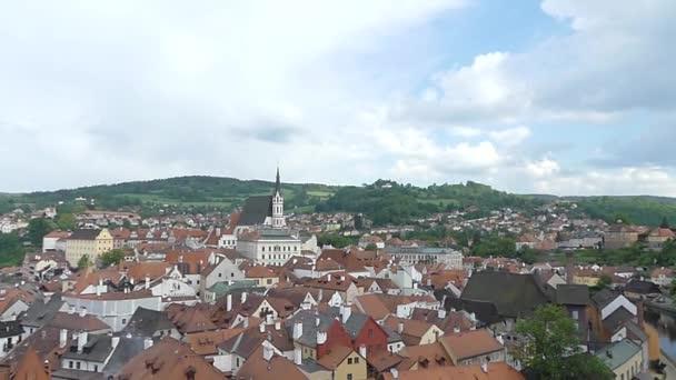 Cesky Krumlov, Česká republika - 9. května 2018: pohled historických budov ve městě. Pohled do ulic města