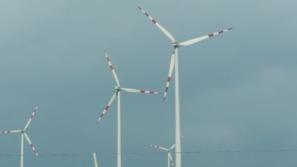 Szélturbina Farm és ég felhők. Megújuló, szélenergiából hatalom, zöld energia előállítása, fenntartható alternatív villamosenergia, nincs szennyezés környezet