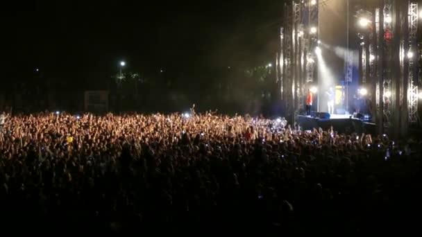 Kiev, Ukrajna - 2018. szeptember 15.: A nézők a színpad előtt kezüket hullám zenei fesztiválon Freefestsoloma. Zene fans egy koncerten a színpad előtt.