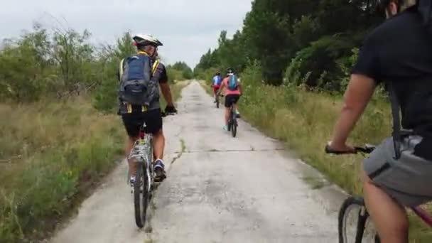 Kyjev, Ukrajina, Evropa - srpen 2019: Jízda na kole po lesní cestě. Cyklista se projíždí po lesní cestě. Cykloturistika lesem.