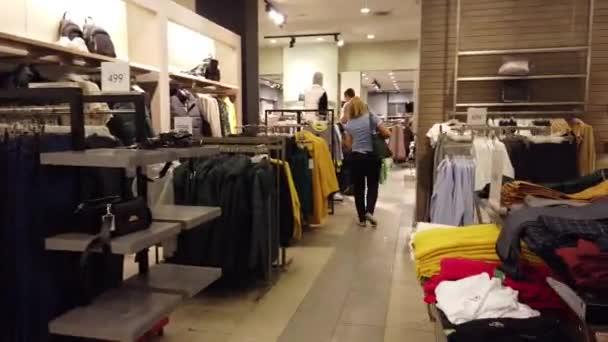 Kyjev, Ukrajina, Evropa - září 2019: Prodej oděvů v jednom z butiků.