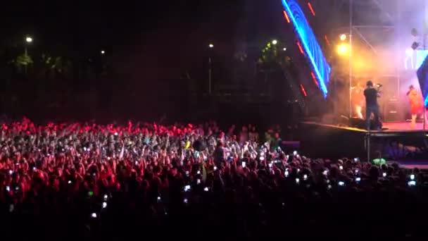 Kijev, Ukrajna, Európa-szeptember 15, 2019: sok néző előtt a színpadon integetett a kezüket. Szabadtéri zenei fesztivál Solomafest. Rajongók táncol a színpad előtt a koncert.