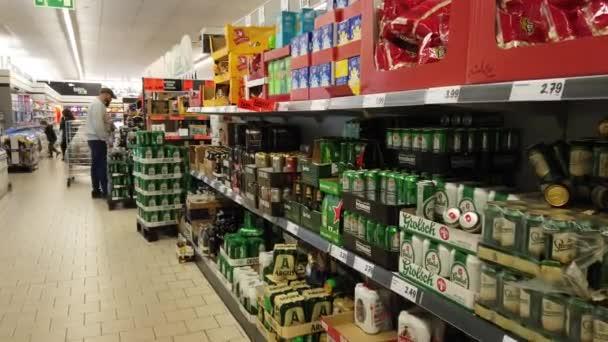 Gdaňsk, Polsko, Evropa - září 2019: Nakupující v supermarketu Lidl nakupují produkty. Police s výrobky v potravinách.