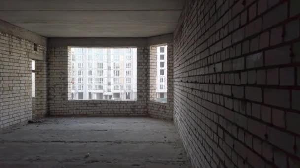Nedokončená stavba domu. Bílá cihla na pozadí staveniště. Stavební pohled zevnitř. Interní opravy prostor.