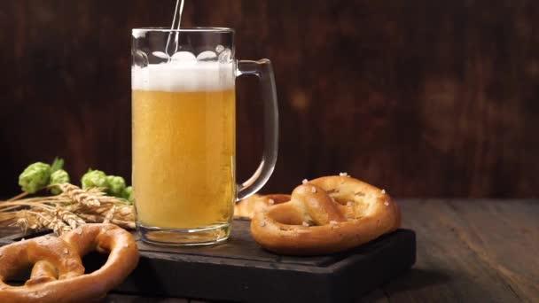 Lager sör ömlött be egy bögre. Egy fából készült asztali könnyű sör.