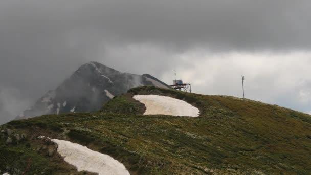Šedé obláčky na vrchol hory, timelaps