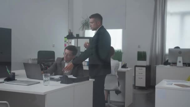 Kollegen besprechen etwas im Büro.