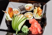 Photo Japanese national popular cuisine. Sushi, rice and fish. Tasty, beautifully served food in a restaurant, cafe, with elements of the original design.