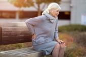 Donna senior che soffre dal dolore alla schiena
