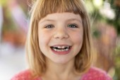 Fotografie Porträt eines lächelnden kleinen Mädchens mit Zahnspange