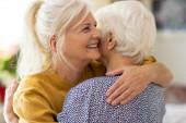 Žena tráví čas se svou starší matkou