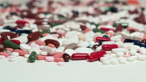 Prášky a drogy se točí. Farmaceutický průmysl a výroba léčiv pro země a osoby infikované virem. Obchodní nebo lékařský koncept.