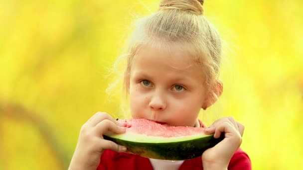 Kislány eszik görögdinnye ősz Napsütéses nap szabadban