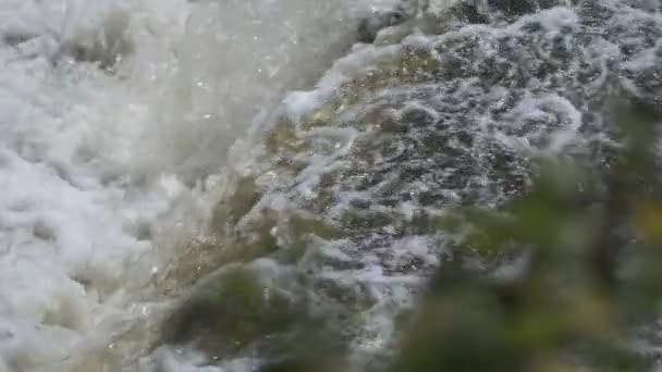 od malé základní betonové hráze k řece. stará přehrada na venkově. Zpomalený pohyb 100fps