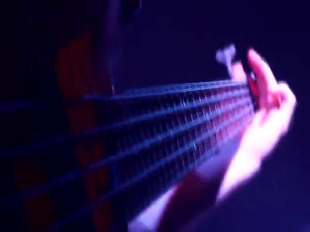 basová kytara, rychlý rytmus, hrál na kytaru elektro