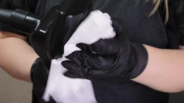 Vakuová masáž s nástrojem LPG v lázeňském salonu. Ruce kosmetologa připraví přístroj na práci. Dezinfekce. 4k zdravotní péče a kosmetologie