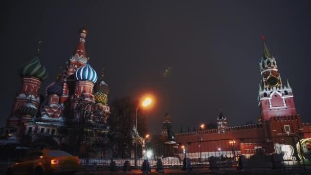 Rudé náměstí, málo jízda taxi auta kolem Kremlu a Basil Church, zima, noc