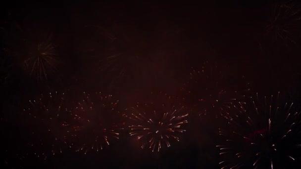 schöne, herrliche, rot-goldene Farbe echte blendende Feuerwerk. 4k Filmmaterial
