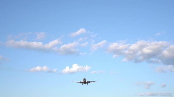 Modernes Großflugzeug fliegt in den blauen Himmel. weiße Wolken im Hintergrund. 4k