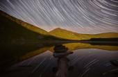 Fotografia Majestic view of alpine lake with starry sky