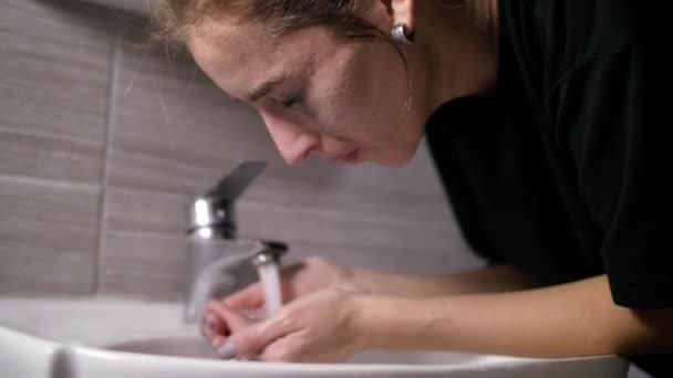 Mädchen mit Akne im Gesicht ist ein Badezimmer neben dem Spiegel
