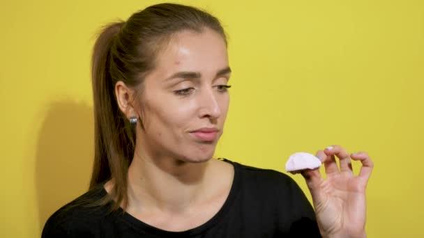 Mädchen mit Akne im Gesicht gibt es Süßigkeiten, Marshmallow