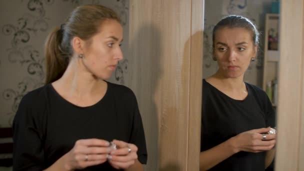 Mädchen zu Hause will Süßigkeiten essen, sieht aber im Spiegel, dass sie aufgrund von Süßigkeiten an Akne erkrankt ist