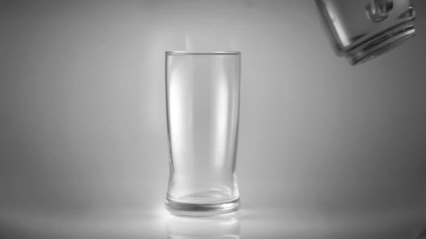nalévejte vodu do skla v bílé scéně, v pojetí zdravé péče s čistou vodou