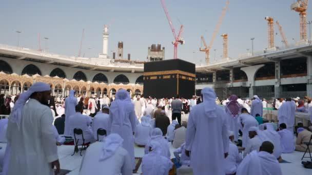 Mekka, saudi-arabien-Dezember 2016: Muslimische Pilger beten und umrunden die Kaaba in Masjidil haram in Makkah. Muslime auf der ganzen Welt stehen während der Gebetszeit vor der Kaaba.