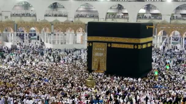 Muslimische Pilger umrunden die Kaabah gegen den Uhrzeigersinn sieben Runden in Masjidil haram, Mekka, Saudi Arabien.