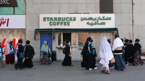 Medina, Szaúd-Arábia-December 2016: Starbucks kávé outlet üzlet megnyitása A konnektor mindössze kívül mecset Fanni.