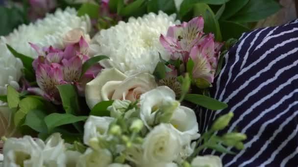 Krásnou kytici bílých chryzantém, růže, růžové kosatce střelbu detail